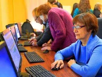 Медведев утвердил программу обучения пенсионеров компьютерной грамотности