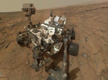Астрономы увидели тень гуманоида в скафандре рядом с марсоходом Curiosity