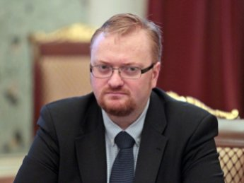 ЛГБТ-активистки устроили фотосессию на фоне депутата Милонова