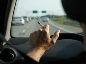 Водителям в России хотят запретить курить за рулём