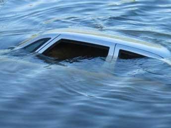 В США 18-месячная девочка чудом выжила, проведя 14 часов в упавшей в реку машине