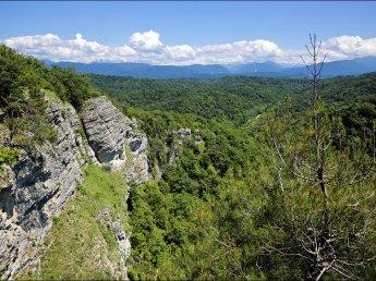 Сразу два российских туриста погибли упав со скалы в разных странах
