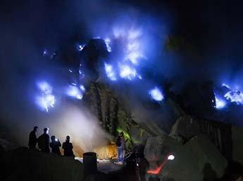 В Индонезии вулкан Иджен начал извергать синее пламя