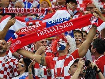 В Москве хорватские болельщики растянули огромный баннер в адрес России