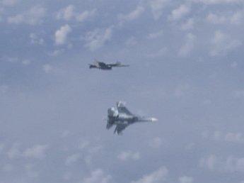 Российские Су-27 оттеснили F-18 НАТО от самолёта Шойгу: момент попал на видео
