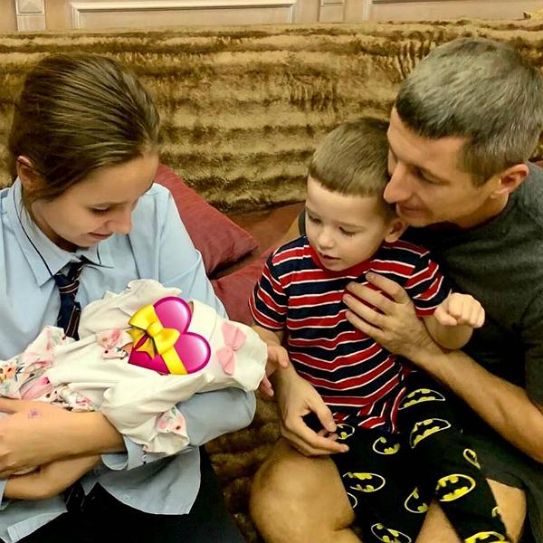 Мы уже дома!: фото дочери Юлии Началовой с новорожденной сестрой появилось в Сети