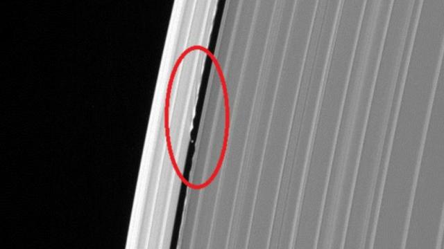 Зонд «Кассини» снял загадочный объект накольцах Сатурна иразбился