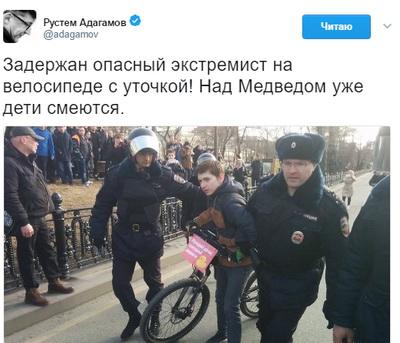 Участник митинга в столицеРФ «вырубил» сноги ОМОНовца— YouTube ВИДЕО