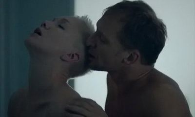 Села, как на унитаз: вывалившую грудь экс-жену Богомолова осудили за пошлое фото
