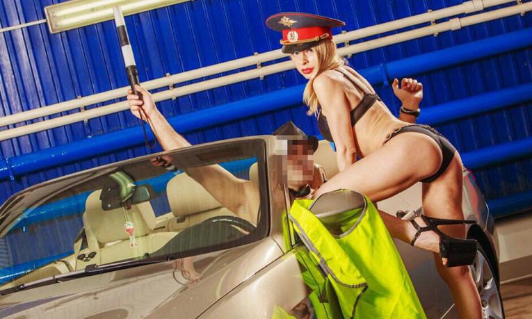 Стриптизерша извинилась перед полицией за эротический танец в форме ГИБДД