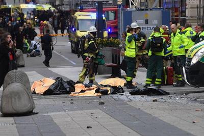 Грузовой автомобиль въехал втолпу пешеходов вцентре Стокгольма