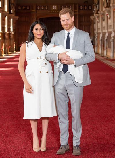 Маленький комочек счастья: принц Гарри и Меган Маркл показали миру первенца (ФОТО, ВИДЕО)