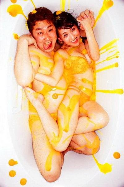 Японский фотограф взорвал интернет снимками влюбленных в ваннах