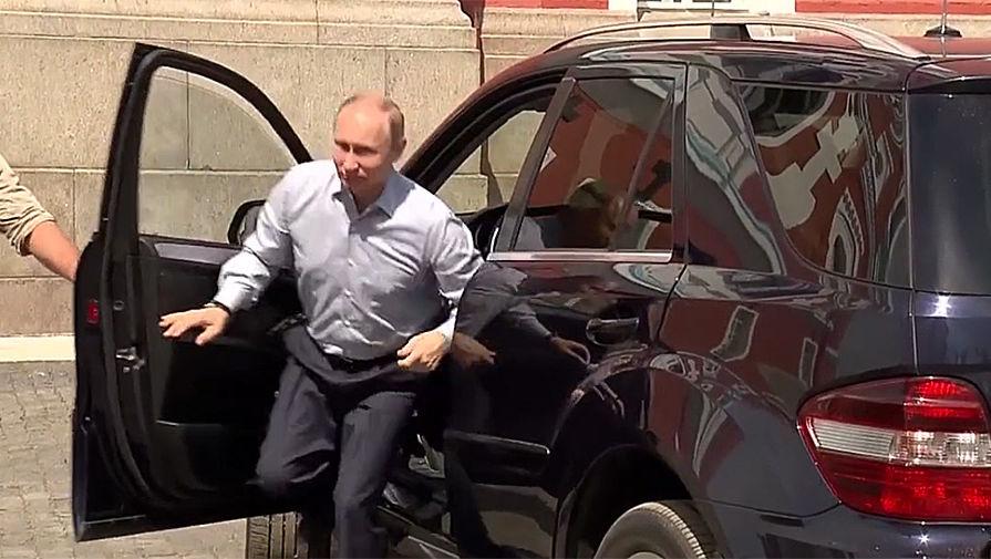 Русские  СМИ: В.Путина  «засекли» вкомпании неведомой  спутницы
