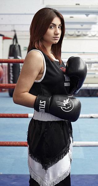 Девушка и бокс частное фото