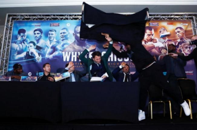 Дерек Чисора швырнул в конкурента столом впроцессе пресс-конференции