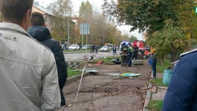 В российской столице легковой автомобиль сбил группу людей натротуаре