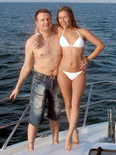 Держал руку ниже талии: экс-звезду Уральских пельменей Михалкову застукали c любовником у Медведева