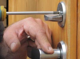 В каких случаях требуется замена дверных замков?