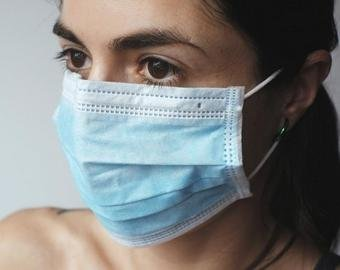 Сколько коронавирус живет на предметах: поручнях в метро, мобильных, одежде