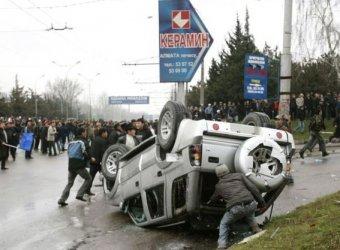 В Бишкеке толпа разграбила и сожгла три дома президента Бакиева