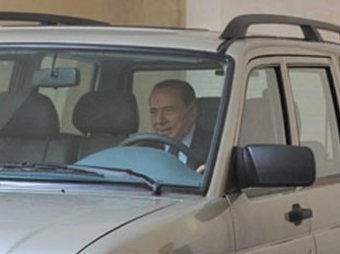 Берлускони не смог завести с первого раза УАЗ Patriot