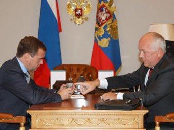 Медведеву показали первый отечественный 4G телефон