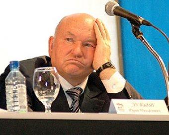Политологи связали отпуск Лужкова с желанием подумать об отставке