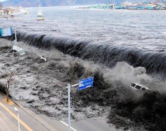 Шокирующие съемки цунами в японии