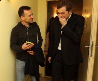 Блогеры застукали Суркова и Якеменко в пригородной электричке