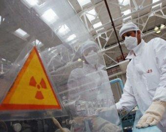 """Японцы собирают зараженную землю вокруг японской АЭС """"Фукусима-1"""""""
