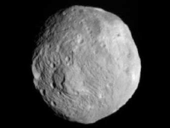 Ученые разглядели на снимках с астероида Веста гигантскую снежную бабу