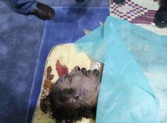 Тело Муаммара Каддафи выставлено на всеобщее обзрение