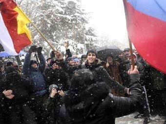В Цхинвали сторонники Джиоевой пошли на штурм ЦИКа: началась стрельба
