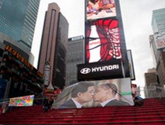 """Белый дом возмутился """"поцелуем"""" Обамы и Чавеса"""