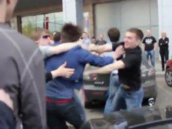 """Жена и сын чеченского чиновника устроили драку с """"нашистами"""" возле ТЦ """"Европейский"""""""