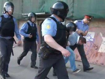 """Эпизод фильма Пивоварова """"Срок"""" с арестом Навального взорвал Сеть: блогеру едва не сломали руку"""