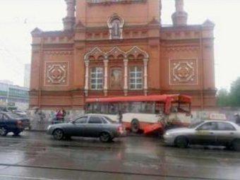 В Перми неуправляемый трамвай протаранил автобус и внедорожник