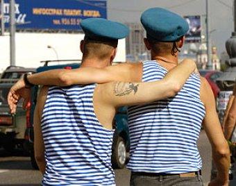 """Пьяные десантники в день ВДВ устроили ДТП, разъезжая по Москве на """"Тигре"""" с пулеметом"""
