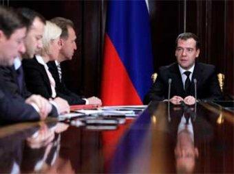 Медведев призвал запретить в России бумажные документы