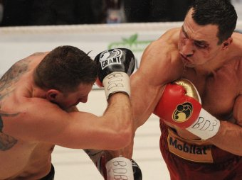 Владимир Кличко защитил титул в бою с польским гигантом Вахом