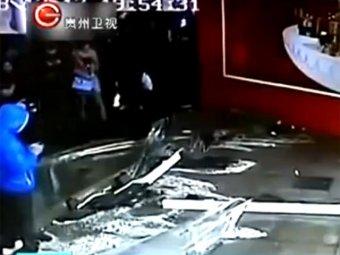 В Шанхае лопнул 33-тонный аквариум с акулами: пострадали 15 человек