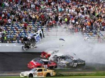 33 человека пострадало в результате аварии в гонке в США