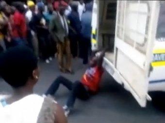 Полицейские ЮАР казнили таксиста, протащив его прикованым к машине