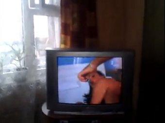 Белорусский телеканал показал в дневном эфире фрагмент из порнофильма