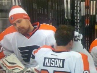 Знаменитый российский вратарь заснул во время матча НХЛ