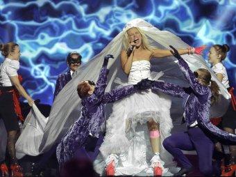 """В полуфинале """"Евровидения"""" певица шокировала зрителей поцелуем с девушкой"""