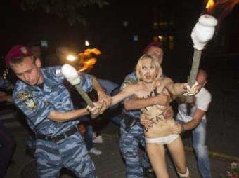 Обнаженные FEMENистки ночью атаковали Лукашенко