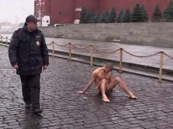 Питерский художник прибил мошонку к Красной площади