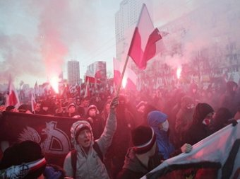 Варшавские националисты жгли петарды и фаеры около Российского посольства